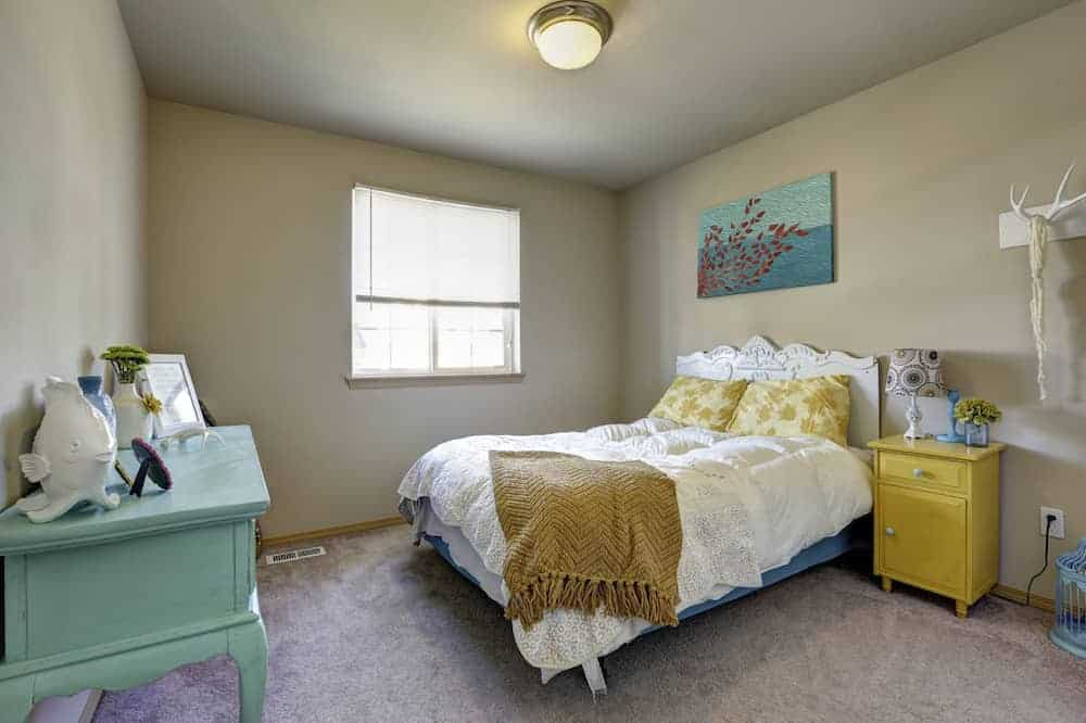 How to arrange furniture in your bedroom for Square room furniture placement