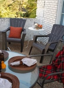 How to decorate your apartment balcony for fall for Fall balcony decorating ideas