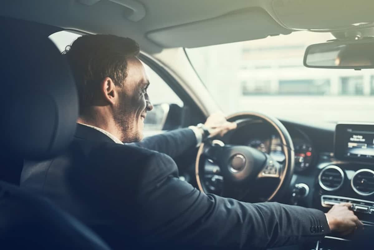 Uomo che guida l'auto.