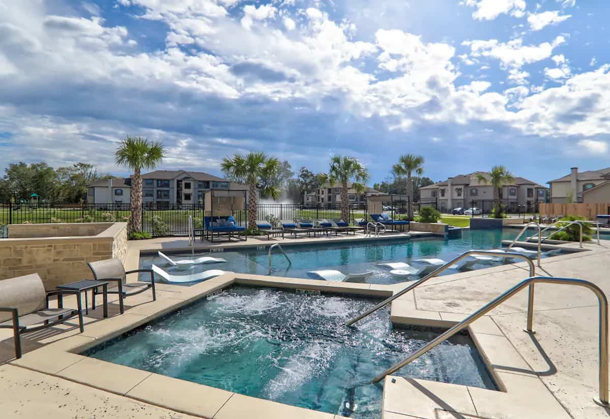 Swimming pool at the Legacy 2020 Apartements in Gonzalez, LA