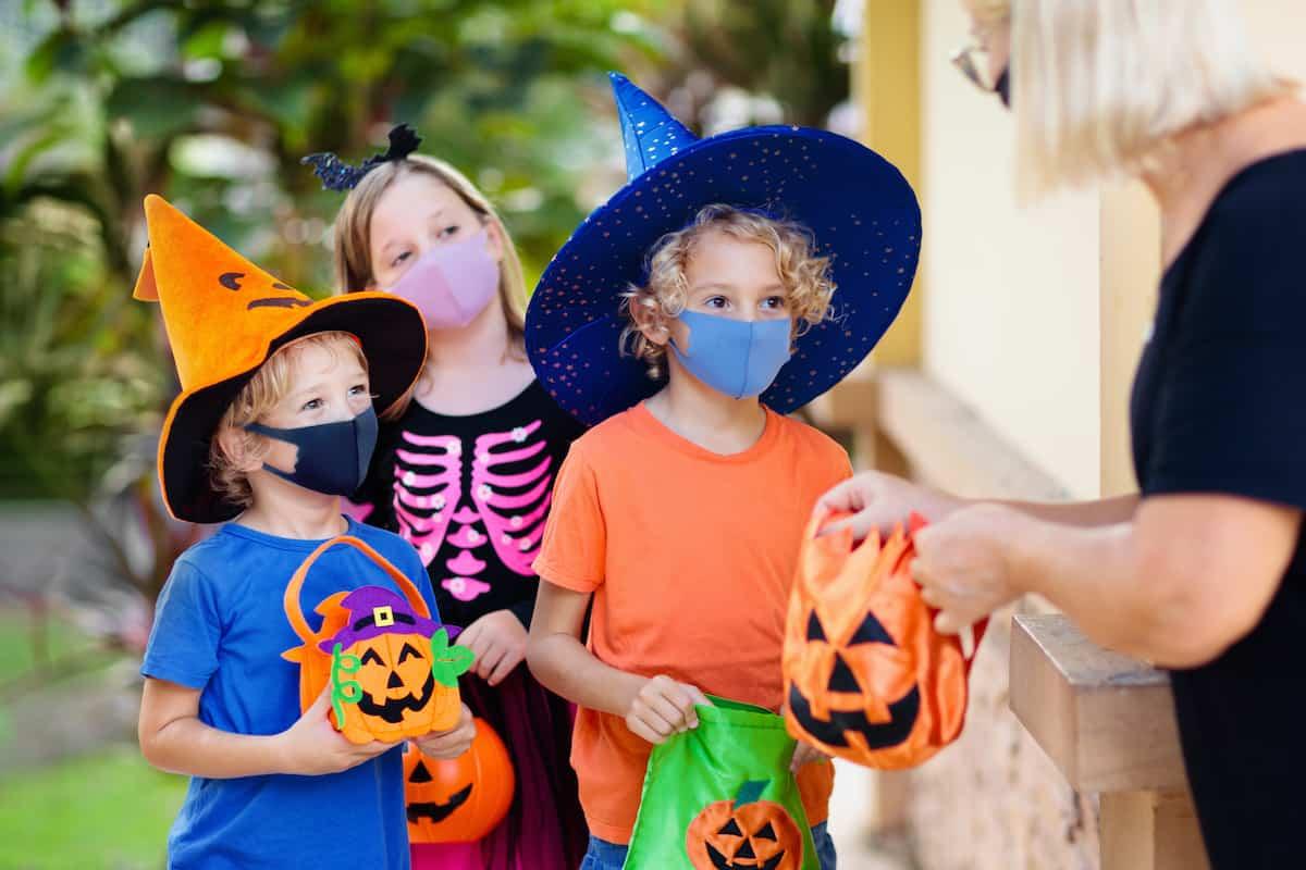 giving out candy halloween coronavirus